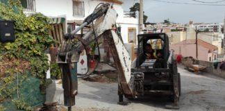 La actuación, financiada mediante el programa PFEA, consiste en la sustitución del pavimento, renovación de servios de agua y saneamiento, así como la implantación de pluviales y preinstalación de alumbrado público.