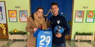 Iván Rodríguez visitó la escuela de su hermana ante la emoción y felicidad de todos los niños y niñas.