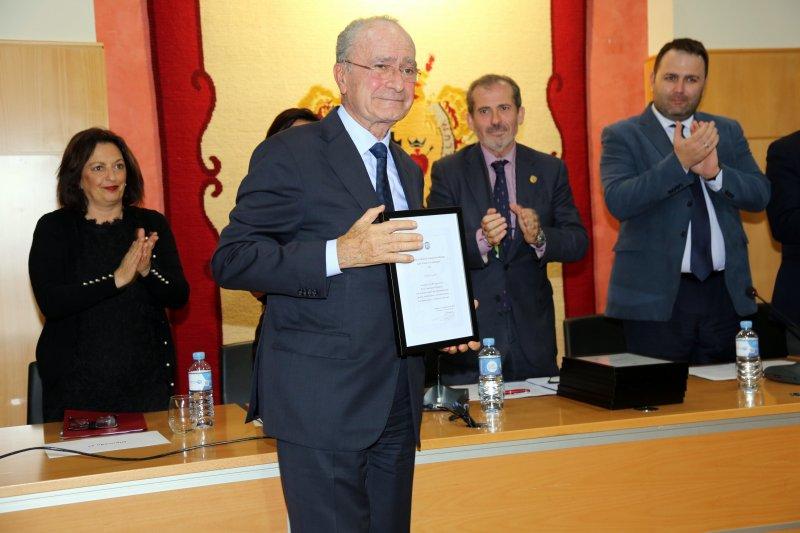 El alcalde, Francisco de la Torre, recoge la distinción a la Policía Local