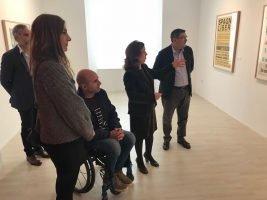 Mariluz Reguero, directora del Centro de Arte Contemporáneo 'Francisco Hernández' de Vélez-Málaga y comisaria de la exposición durante la explicación a las autoridades de la muestra.