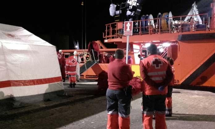 Efectivos de Cruz Roja, esta madrugada en el Puerto de Málaga.