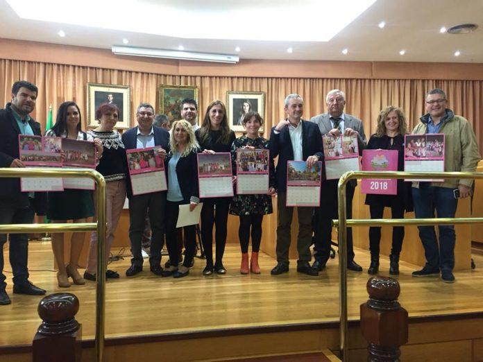 Presentación del octavo calendario solidario en el Salón de Plenos del Ayuntamiento veleño.