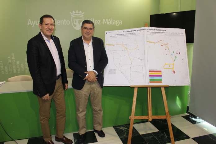 El alcalde de Vélez-Málaga, Antonio Moreno Ferrer, y el concejal de Infraestructuras, Juan Carlos Ruiz Pretel hoy en rueda de prensa.