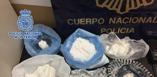  La investigada, de 31 años, vendía la droga en su vivienda y también en los puntos convenidos con sus clientes mediante desplazamientos en vehículo.