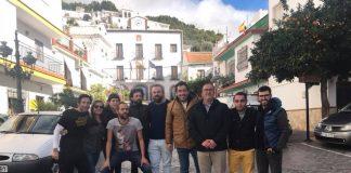 Integrantes de la Corporación municipal junto al equipo de rodaje 'El Paisano'.