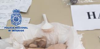 En los domicilios de los detenidos se intervinieron 63 gramos de heroína, 80 de hachís, 23 de marihuana, tres balanzas de precisión, una pistola detonadora y 1.513 euros en efectivo.