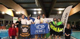 La concejala de Deportes, María José Roberto, y la delegada de la Federación Andaluza de Natación en Málaga, Montserrat Caballero, han hecho entrega de los trofeos a los equipos ganadores.