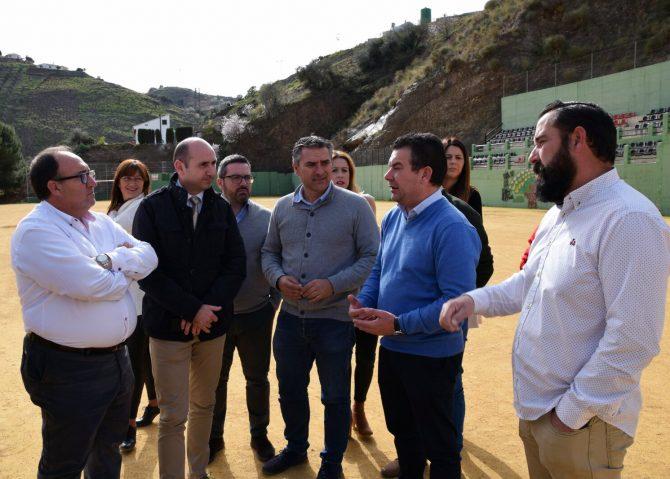El PSOE destaca que el campo de césped artificial de El Borge será una realidad en marzo a pesar de que la Diputación ha rechazado colaborar en su financiación