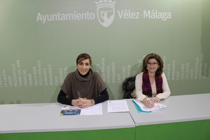 La concejala de Bienestar Social e Igualdad, Zoila Martín, y la directora de la Escuela Infantil la Fortaleza, Rosa María Mata, presentaron la nueva convocatoria extraordinaria que promueve la Junta de Andalucía para fomentar la escolarización de los menores de 3 años.