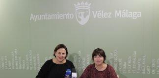 La concejala de Empresa y Empleo del Ayuntamiento de Vélez-Málaga, María José Roberto, y la concejala de Recursos Humanos, Ana María Campos, informaron de los detalles del programa del cual se ha abierto el plazo de solicitudes y que actuará en materia de limpieza, control de plagas y embellecimiento del entorno, así como apoyo administrativo.