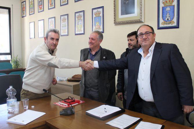 El presidente de la Mancomunidad Costa del Sol Axarquía firma el convenio colectivo con los representantes sindicales de los trabajadores