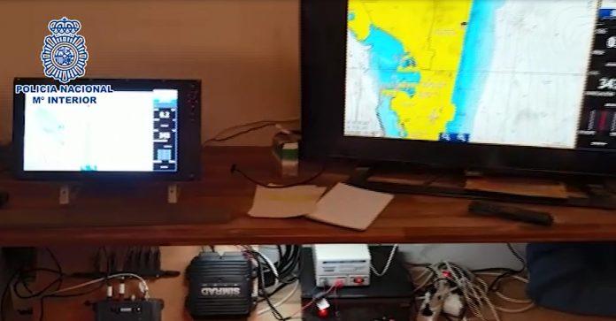 La infraestructura localizada, formada por dos antenas, les permitía conocer la localización de las patrulleras policiales o de los helicópteros de vigilancia y así informar en tiempo real a las embarcaciones cargadas de hachís que pretendían alijar en las playas gaditanas.