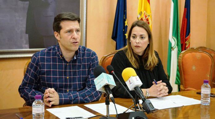 El alcalde de Torrox, Óscar Medina, y la primera teniente de alcalde y concejala responsable de Obras Públicas, Paola Moreno.