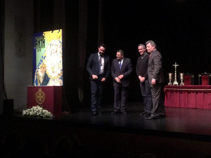 El autor ha descubierto su obra junto con el alcalde veleño, Antonio Moreno. el presidente de la Agrupación de Cofradías, Francisco Javier García del Corral, y el párroco de San Juan, José Sánchez.