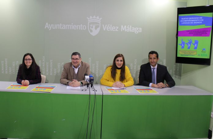 El alcalde de Vélez-Málaga, Antonio Moreno Ferrer, y la concejala de Bienestar Social e Igualdad, Zoila Martín, explicaron los detalles de esta iniciativa, enmarcada dentro de la campaña 'Vélez-Málaga más accesible', y que viene a reforzar el compromiso del consistorio veleño con los derechos de las personas con discapacidad.