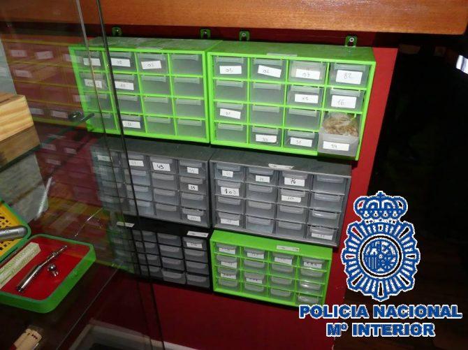 Los investigadores han intervenido en el local 1.314,4 gr. de marihuana, 525,5 de hachís, 50 ml. de aceite de hachís, 1.013 euros en efectivo, 6 cigarros-porros, 4 balanzas de precisión, útiles y efectos para el consumo de estupefacientes y documentación diversa.