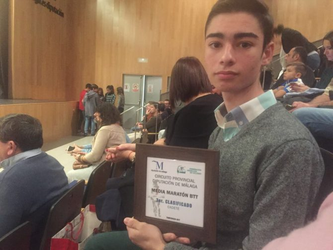 """En la MTB en la gala provincial del ciclismo de la Diputación de Málaga fue galardonado como """"ciclista más joven mejor clasificado 2016""""."""
