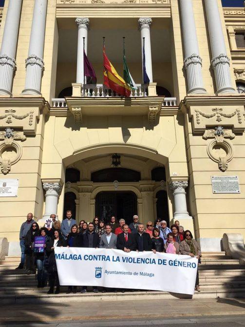 Málaga se concentra contra la violencia de género tras la víctima en La Viñuela