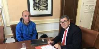 El alcalde de Vélez-Málaga, Antonio Moreno Ferrer, ha firmado un convenio formativo con la escuela MEDAC para recibir a un total de nueve alumnos en prácticas provenientes de un ciclo formativo de grado superior en animación de actividades físicas y deportivas.
