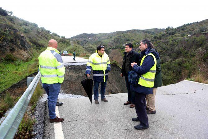 La Diputación estudia soluciones al hundimiento de un tramo de la carretera entre Salares y Árchez