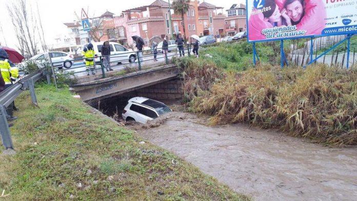 Ha sido necesaria la actuación de los Bomberos, que han rescatado al conductor. FOTO: POLICÍA AXARQUIA.