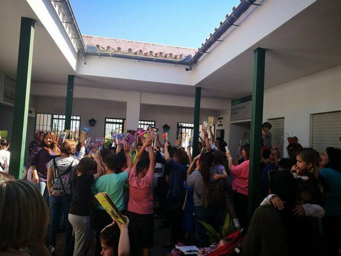 En la mañana de ayer, vecinos secundaron una protesta por la situación que ha afectado a las bibliotecas de Benajarafe, Chilches, Almayate y Triana, entre otras.