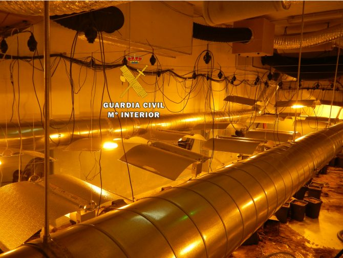 La Guardia Civil desmantela dos invernaderos indoor de marihuana en Mijas
