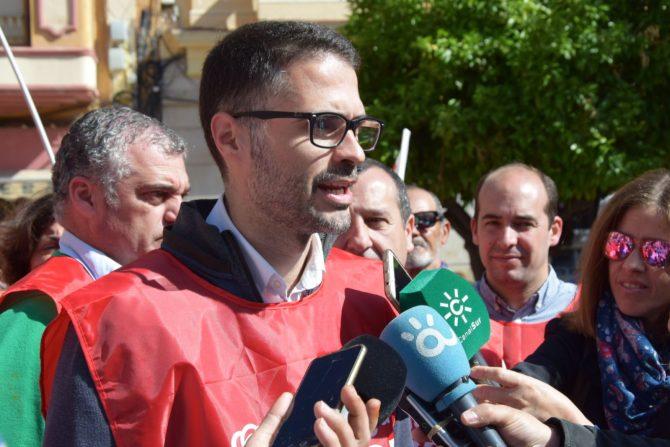 El PSOE de Málaga respalda en la calle una subida digna de las pensiones