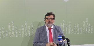 El concejal de Economía y Hacienda del consistorio veleño, Juan Carlos Márquez, presentó el presupuesto para el presente ejercicio que asciende a un total de 103,6 millones de euros y en el que se incrementan los programas de ayudas sociales en 1,3 millones y se contemplan inversiones por valor de 11 millones de euros.
