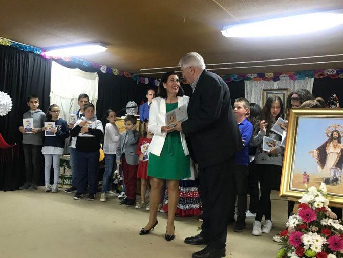 El teniente alcalde Almayate, Marcelino Méndez-Trelles, hizo entrega de la placa al centro escolar por su labor.