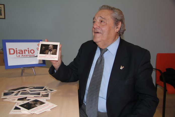 DIARIO AXARQUÍA editó en 2012 un cd con algunos de sus temas más populares, iniciativa que hizo muy feliz a Antonio de Canillas. Imagen de Archivo en la Redacción de DIARIO.