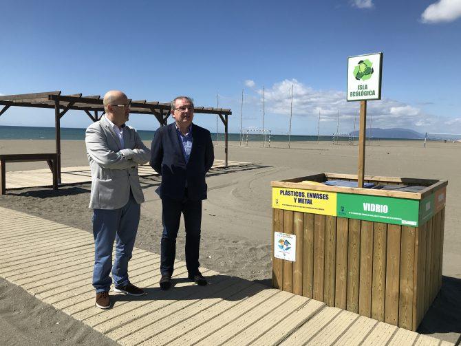 El Consorcio de Residuos instala puntos de recogida para el reciclaje de papel, envases y vidrio en 11 playas de Vélez-Málaga