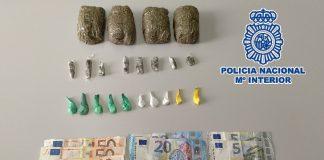 El arrestado, de 45 años y nacionalidad española, fue sorprendido por una patrulla cuando entregaba un trozo de hachís a un cliente a cambio de dinero.