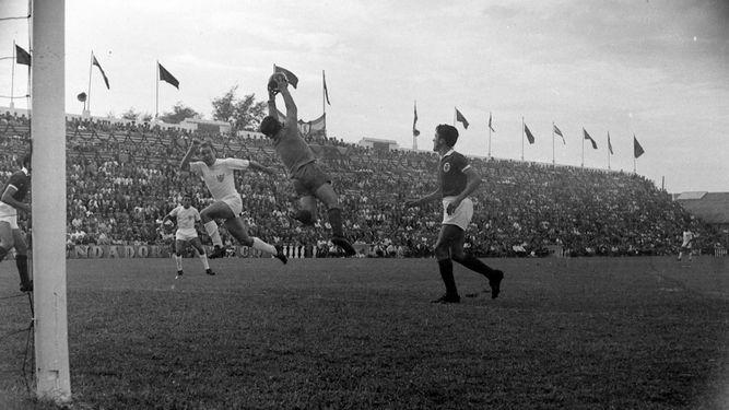 Pahuet, saltando, en el partido ante el Benfica. / ÁREA DE HISTORIA DEL SFC.