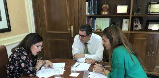El regidor veleño, acompañado por la concejala de Bienestar Social e Igualdad, Zoila Martín, se ha reunido esta mañana con la secretaria general de Vivienda de la Junta, Catalina Madueño, para analizar los proyectos y mejoras aplicables al municipio.