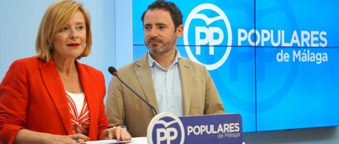 La parlamentaria andaluza por el PP de Málaga Mariví Romero, junto al portavoz del PP de Málaga, José Ramón Carmona.