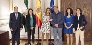 Susana Díaz, con los representantes de la Asociación Andaluza de Víctimas del Terrorismo en San Telmo.