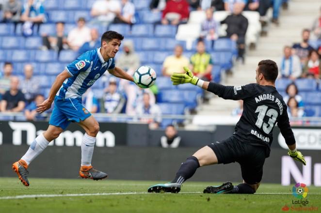 El Málaga CF perdió ante el Espanyol, en el RCDE Stadium, en la 37ª jornada de LaLiga Santander. Gerard, Sergio García, Baptistao y Piatti (p.), goleadores locales. Adrián, de penalti, autor del tanto malaguista.