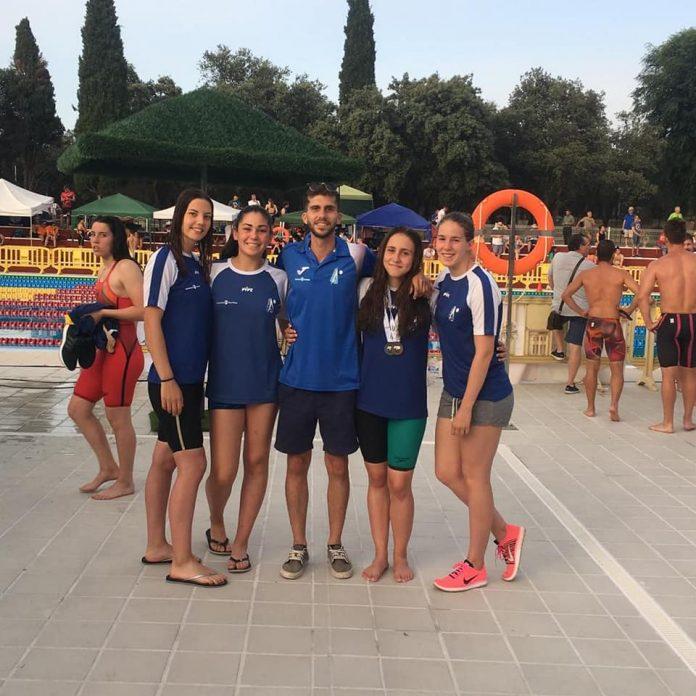 En esta ocasión, el club de la axarquía hacia presencia con un total de cuatro nadadoras de la categoría junior: Cinta Pasión, Lourdes Herrero, Marta Sánchez y Lucía Soria.