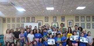 Los alumnos del CEIP La Parra de Almáchar han sido los encargados de confeccionar este libro en el que aportan su visión de la comarca. Tras una visita a todos los pueblos, recomiendan a los turistas los lugares de interés, la gastronomía, las fiestas o les enseñan sus personajes ilustres.