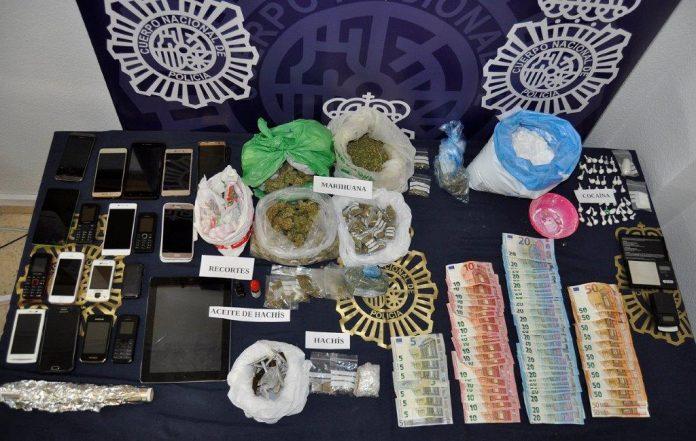 Según las pesquisas, los arrestados se dedicaban a la venta y distribución de marihuana, hachís y cocaína.