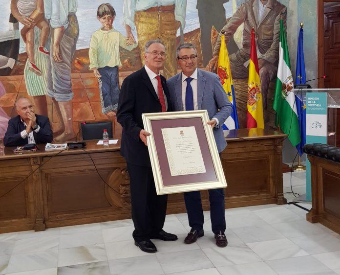 Manuel Reina Olmedo, corresponsal de Diario Sur (1987-96), coordinador del periódico Vecinos de Málaga, entre otras colaboraciones periodísticas, y persona muy vinculada al municipio a través de actividades socioculturales.