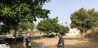 El teniente de alcalde de Caleta, David Vilches, y el vicepresidente de AMIVEL, Francisco Aguilar, informaron del acuerdo alcanzado entre la Tenencia de Alcaldía de Caleta y AMIVEL para la cesión de la parcela pública SUO.C-4, situada en C/ Ensenada, frente al Cementerio de Caleta; y que permitirá habilitar un centenar de plazas para estacionar en esta zona los sábados, debido a la gran afluencia de público que se registra con motivo del mercadillo.