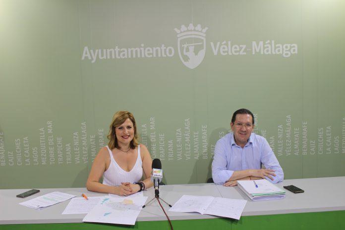 La concejala de Comercio, María Santana, y el concejal de Infraestructuras, Juan Carlos Ruiz Pretel, afirman que tanto la ACEV como otros colectivos disponen de toda la información del proyecto de peatonalización e insisten en la existencia de numerosas plazas de aparcamiento en el centro de la ciudad que no se están disfrutando.