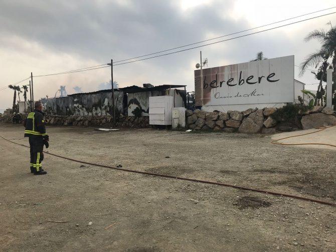 Esta mañana de jueves, un gran incendio ha arrasado con el popular Chiringuito Berebere de Torre del Mar.