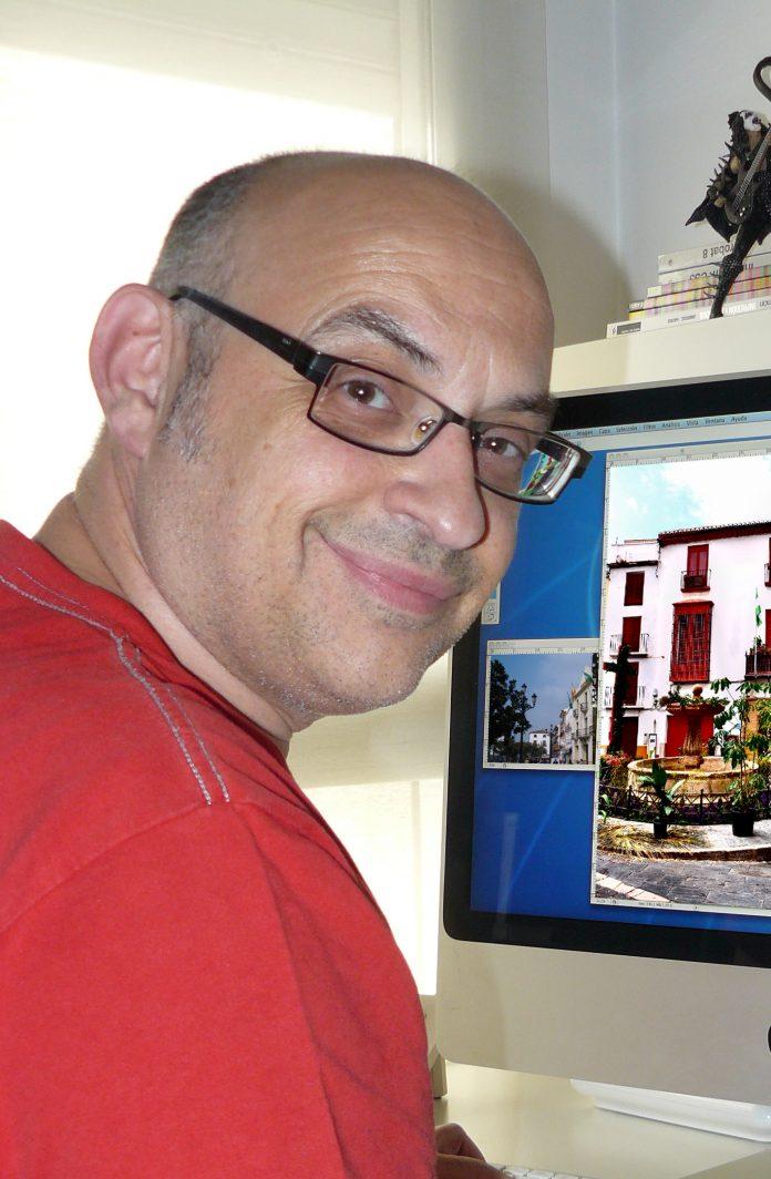 El ilustrador Cristóbal Aguiló Domínguez, nacido en Bromley Kent (Reino Unido), aunque residente en Murcia.