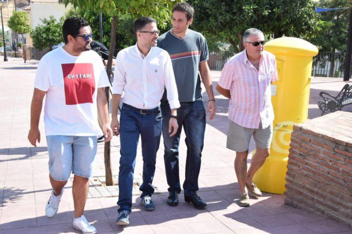 El secretario de Empleo y Relaciones Laborales del PSOE de Andalucía, José Carlos Durán, acompañado por el portavoz del PSOE en Casabermeja, José María García, en una visita al municipio,.