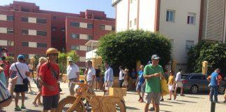 Muchos curiosos han querido fotografiarse junto a la bicicleta de madera en la que muchos ciclistas han dejado su firma.