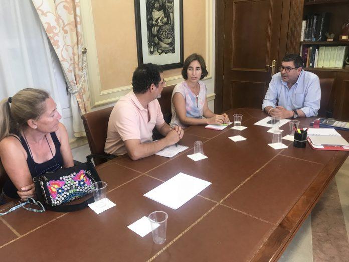 Moreno Ferrer dio a conocer a los representantes de la Plataforma Ciudadana por Benejarafe y Chilches, el anteproyecto realizado que se entregará en Diputación con el fin de agilizar los trámites para su ejecución.