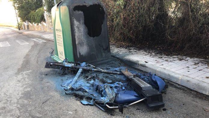 Así ha quedado el contenedor que ha ardido esta madrugada en la calle Tercera Caída en la Urbanización El Romeral de Vélez-Màlaga. Según fuentes municipales se trata de acto vandálico. Se investigan las causas.